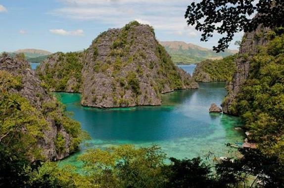 """الفلبين :- وتقع في المحيط الهادىء، وتحوي نحو 7000 جزيرة، كما تتميز بالكثير من المعالم السياحية الجذابة، مثل ريف """"Tubbataha""""، و"""