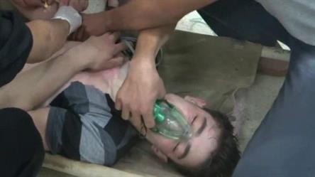 مسعفون يعنون بشخص يعتقد أنه تعرض لهجوم كيمياوي بغاز الكلور، بحسب نشطاء