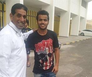 عبدالفتاح خلال تواجده اليوم بالنادي و يظهر بجانبه والد اللاعب قُصي الخيبري