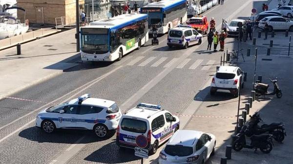 فرنسا.. سيارة تصدم محطتي حافلات في مرسيليا