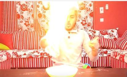 فيديو لشاب يقوم بتجارب كيميائية خطيرة في المنزل.. يثير استياء المغردين