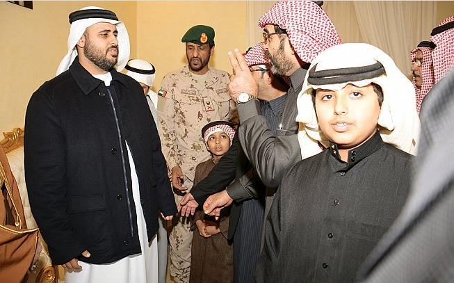 """بالفيديو والصور.. ذياب بن محمد بن زايد ووفد عسكري إمارتي رفيع يقدمون العزاء لأسرة الشهيد """"السهيان"""""""