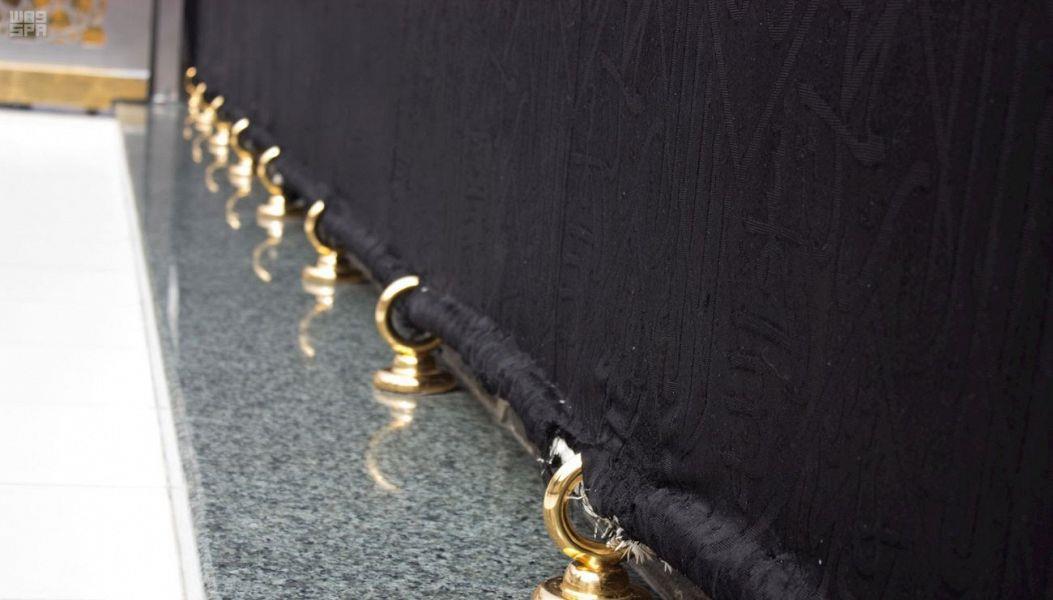 وضع حلقات ذهبية في كسوة الكعبة المشرفة