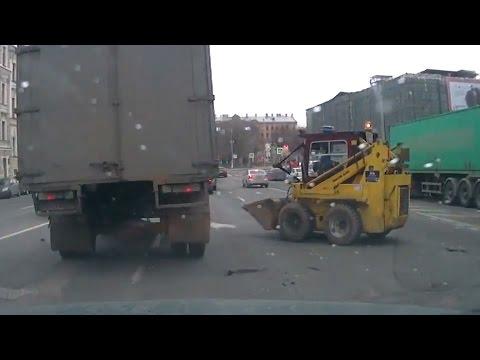 سائق يفقد السيطرة على جرافة وسط الطريق !