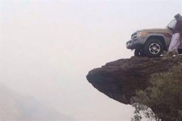 سلوك طائش لشاب صعد قمة جبال فيفا بسيارته