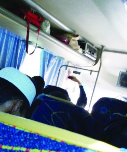 فتاتين السفر بحافلات النقل الجماعي