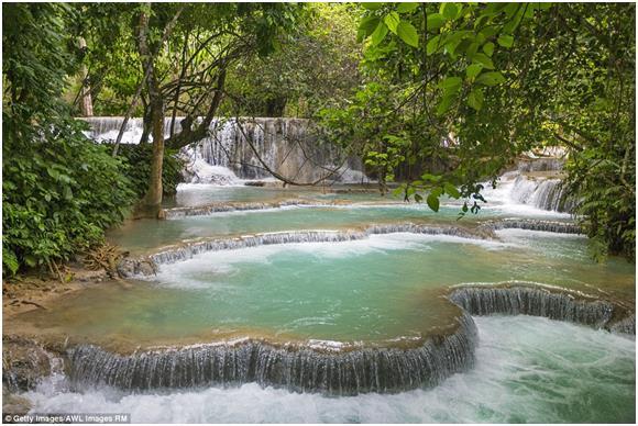 """شلالات """"كوانغ سي""""، وتتكون من ثلاث شلالات متدفقة، بالقرب من مدينة """"لوانغ برابانغ"""" ، في مدينة """"لاوس"""" الواقعة جنوب شرق آسيا في شب"""