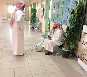 معلم يتعرض لحادث ويرفض الإجازة حرصاً على طلابه (صور)