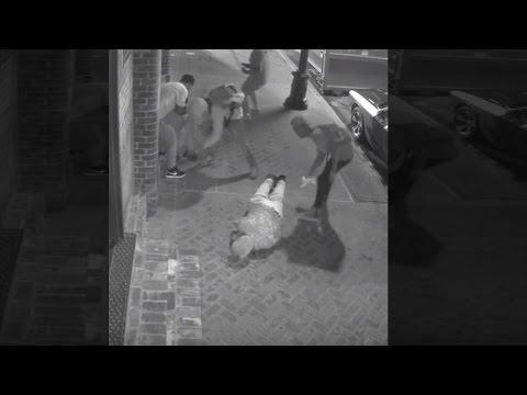 لحظة هجوم لصوص بعنف على مارة  بأمريكا