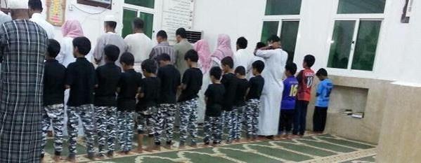 """بالصورة.. أطفال يرتدون زي قوات الطوارئ داخل مسجد تضامناً مع """"شهداء عسير"""""""