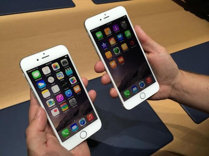 """يتميز هاتف """"ايفون 6 بلس"""" بشاشة كبيرة الحجم بقياس 5,5 بوصة، بينما يأتي """"ايفون 6 """" بشاشة أصغر حجمًا تبلغ 4,7 بوصة، وكلاهما أكبر"""