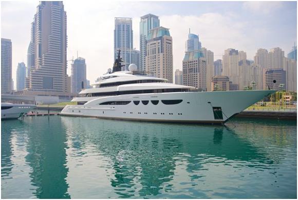 """وتقدم شركة """" Mala Yachts Dubai"""" يختيّن مميزيّن يتسع أحدهم لـ8 أشخاص بمساحة 33 قدمًا، وبتكلفة 800 درهم للشخص الواحد للساعة، بين"""