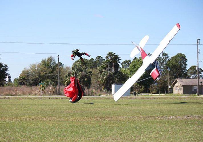 قافز مظلات صدمته طائرة