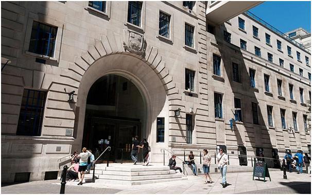 تتخصص كلية لندن للاقتصاد والعلوم السياسية في علم الإنسان وعلم الجريمة والعلاقات الدولية وعلم الاجتماع، ويتطلب الالتحاق بها الح