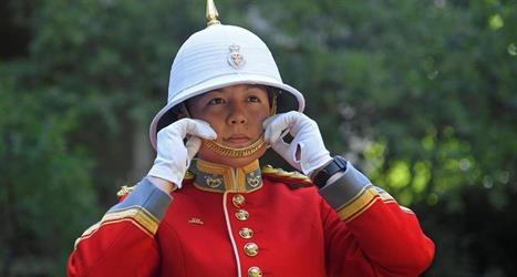 امرأة تحدث سابقة في حرس الملكة البريطانية