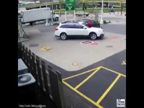 فتاة أمريكية تقفز فوق سيارتها لمنع لص من سرقتها