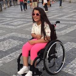 رسالة مؤثرة من طفلة معاقة إلى الدخيل: هل من مدرسة تقبلني أنا وكرسيّ المتحرك (صورة)