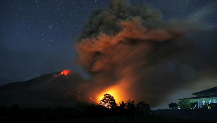 تدفق الحمم البركانية من بركان جبل سينابونغ شمال سومطرة بإندونيسيا