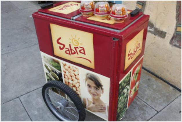 """وتشمل دعوات المقاطعة أيضًا منتجيٌ  """"حمص صبرا"""" و""""حمص ترايب""""، إذ تدعم الشركة الأم """"ستراوس"""" الجيش الإسرائيلي، فيما يدعم مالك شركة"""