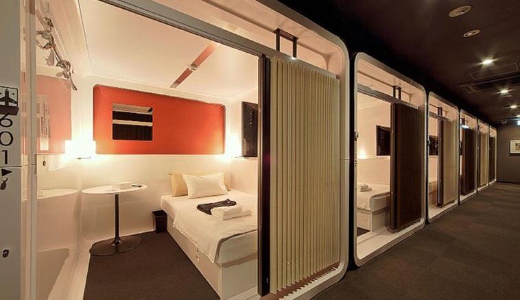 """كطريقة لإعادة ابتكار تجربة فنادق """"الكبسولة""""، ابتكرت سلسلة فنادق """" First Cabin Tsukji"""" هذه الغرف التي شبهتها بمقصورات"""