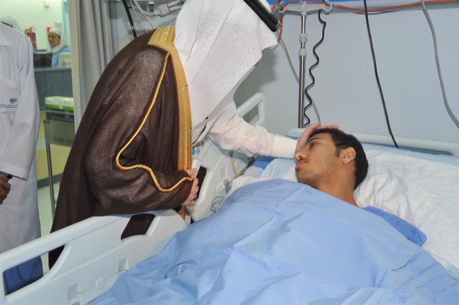 بالصور.. أمير الشرقية يزور رجلي الأمن اللذين أصيبا في حادث إطلاق المقذوف بالعوامية