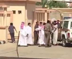 بالفيديو.. فوضى ومراجعون يحاولون الاعتداء على طبيب بمركز صحي في بيشة
