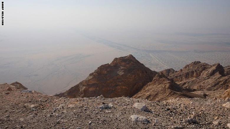 على ارتفاع 1400 متراً في ضواحي العين الجنوبية، يقع جبل حفيت، الذي يعتبر صعوده بالسيارة أحد أبرز النشاطات في الإمارات.