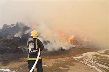 الدفاع المدني بمكة يخمد حريقًا في أرض مخصصة لبيع الأعلاف والمواشي بحي العكيشية