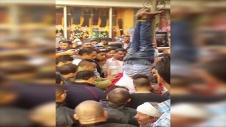 هكذا تعامل مصريون مع جريمة قتل في الشارع.. لاحقوا القاتل وعلقوه في عمود قبل وصول الشرطة (فيديو)