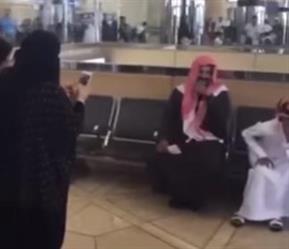 """بالفيديو.. نجم الكيك """"ابوجركل"""" يتعرض لموقف محرج بعد تصوير النساء له بمطار الرياض"""