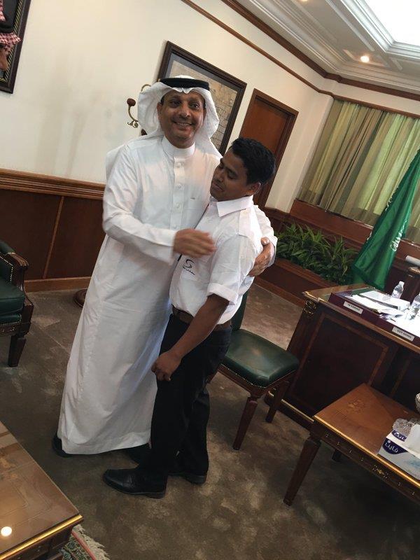 تكريم عامل هندي بمطار الملك عبدالعزيز أعاد مبلغا ماليا مفقودا من مسافر