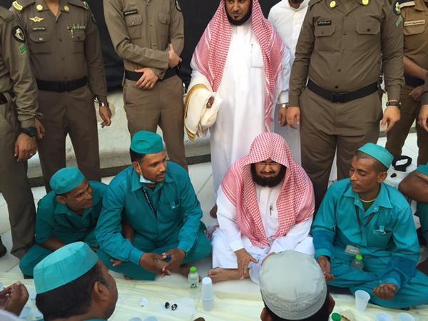 """بالصور.. """"السديس"""" يشارك أفراد العمالة إفطارهم بالمسجد الحرام"""
