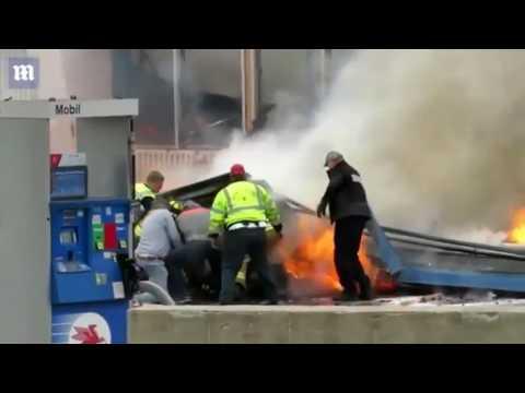 رجال إطفاء يسارعون لإنقاذ زميلهم بعد أن سقط عليه سقف محطة غاز