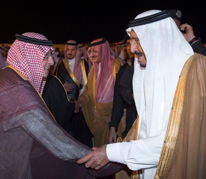خادم الحرمين يصل المدينة المنورة قادماً من جدة ويزور المسجد النبوي