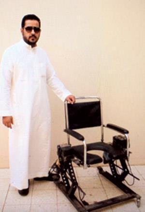 شاب سعودي يبتكر كرسياً متحركاً به خاصية الارتفاع والنزول لوالدته المعاقة