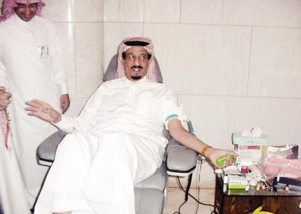 صوراً للملك سلمان وهو يتبرع بالدم بمناسبة يوم التبرع العالمي
