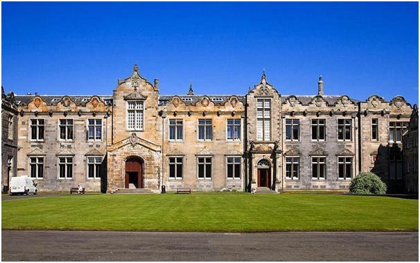 """تعد جامعة """"سانت أندروز"""" أقدم جامعة في إسكتلندا، ويتطلب دخولها الحصول على 516 درجة في اختبارات القبول."""