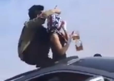ظهور ثلاثة شبان في مقطع فيديو راقص ومخل بالآداب العامة مع فتاة على أحد الطرق العامة،