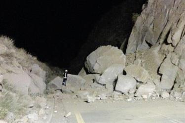 انهيار صخري يغلق عقبة حزنه.. ومواطنين يطالبون بسرعة إزالتها