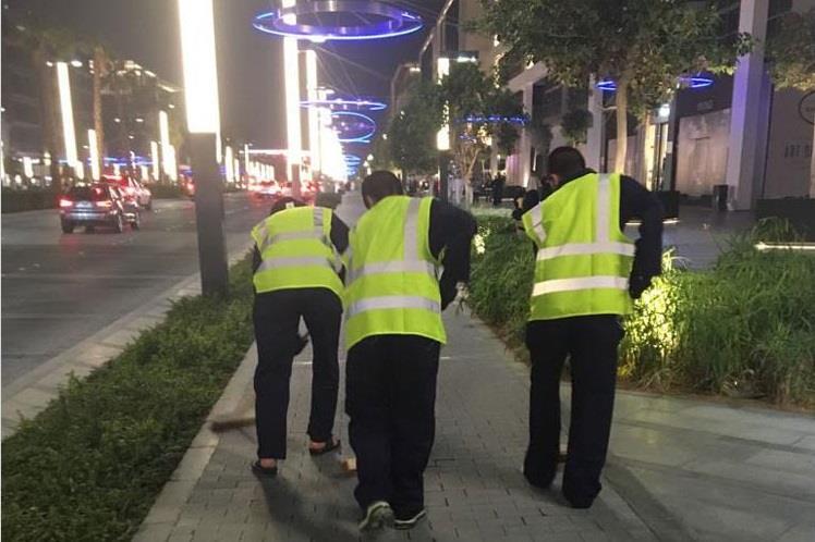 """محمد بن راشد يوجه بمعاقبة """"مفحطين"""" بـ """"كنس"""" الشوارع لمدة شهر (فيديو وصورة)"""
