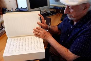 خطاط لبناني يكتب القرآن بالخط الديواني المعقد