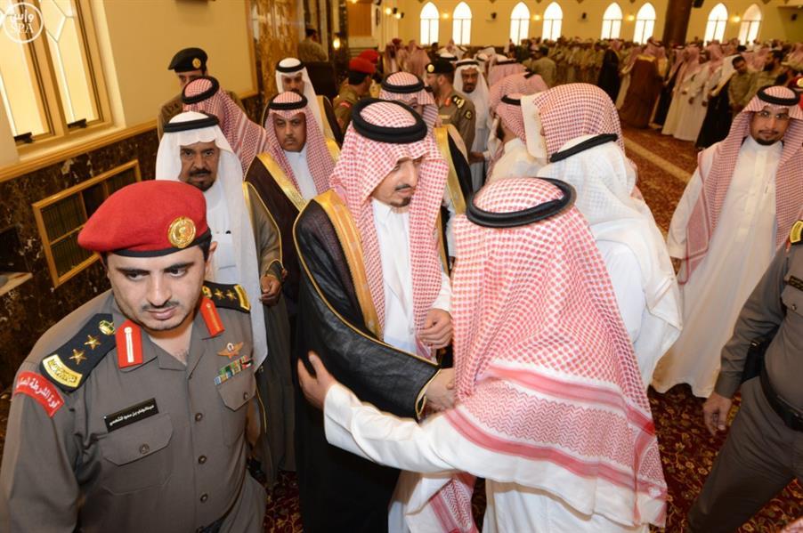 بالصور.. أمير عسير يؤدي صلاة الجنازة على اللواء الشهراني وينقل تعازي القيادة لذويه