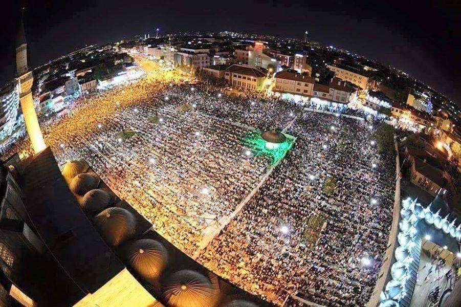 آلاف الأتراك يؤدون صلاتي التراويح والعشاء في أحد المساجد بمدينة قونيا