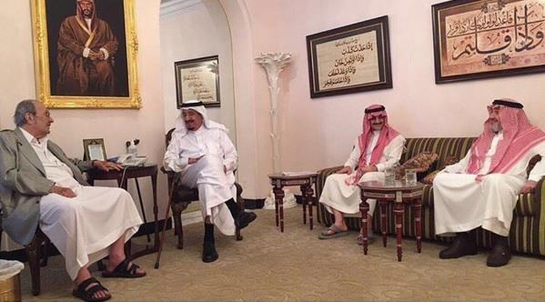 بالصور.. خادم الحرمين يزور أخويه طلال ومشعل في منزليهما