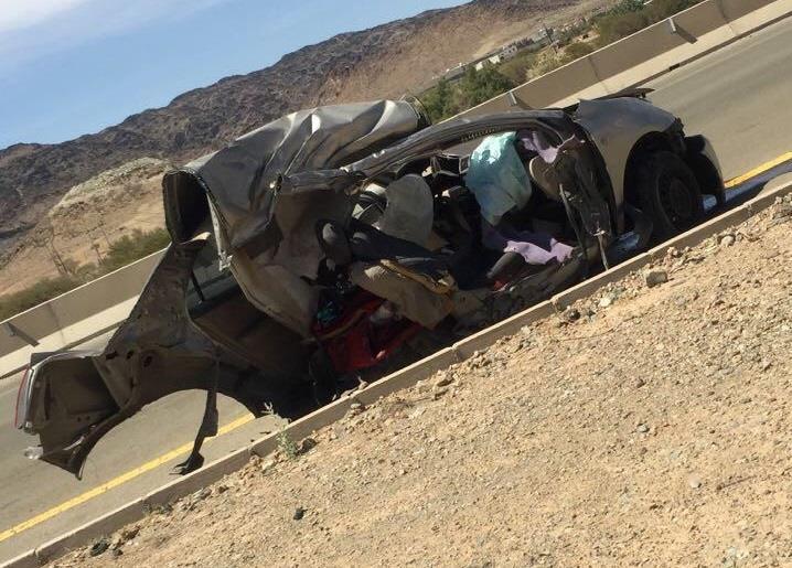 شاهد.. انشطار سيارة وتحطمها بعد اصطدامها بعمود إنارة في الباحة.. ونجاة راكبيها بأعجوبة