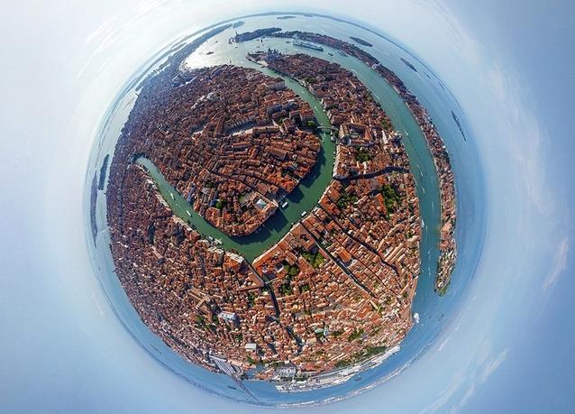 البندقية - إيطاليا، والتي تبدو القنوات المائية المتعرجة فيها واضحة وجميلة.