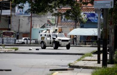 فنزويلا تبدأ عملية مطاردة لضبط المشاركين في هجوم على قاعدة للجيش
