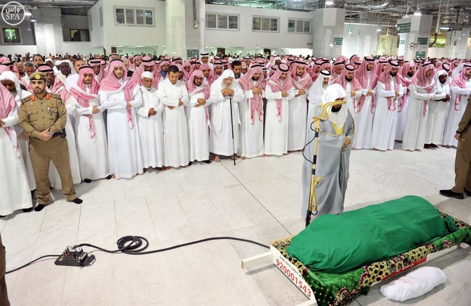 جموع المصلين بالحرم تؤدي صلاة الميت على حرم الأمير ممدوح بن عبدالعزيز