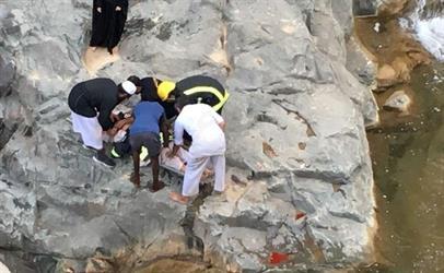 مدني النماص ينقذ مواطن أربعيني بعد سقوطه من منحدر صخري