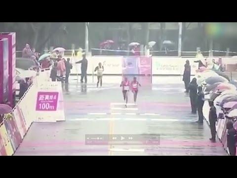عداءان صينيان يخطئان خط نهاية السباق